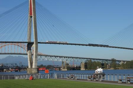 Skytrain auf Brücke über Fraser River